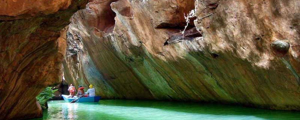 Passeio de barco até a Gruta do Talhado.